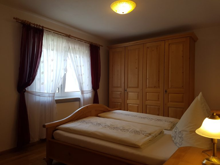 Schlafzimmer mit Kleiderschrank